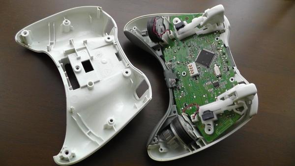 Xbox360のワイヤレスコントローラーの底面カバーを外す