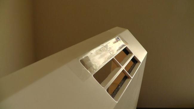 フロントパネルの吹き出し口の一部をテープでふさぐ