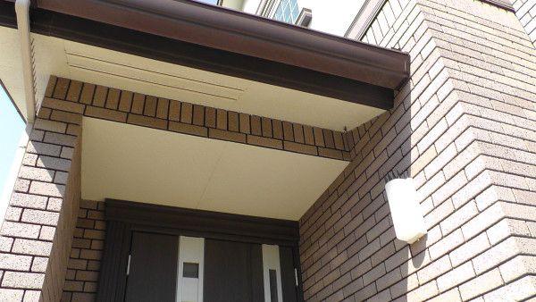 玄関ポーチ 蜂の巣