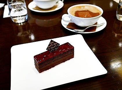 リンツ・ショコラ・カフェ銀座店のホットチョコレート フランボワーズ ケーキ