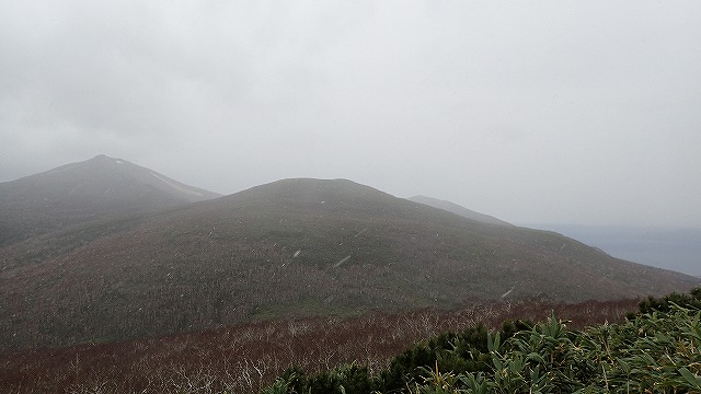 PA221523 10:44目国内岳と海.jpg