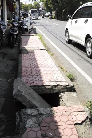 3歩道穴.JPG