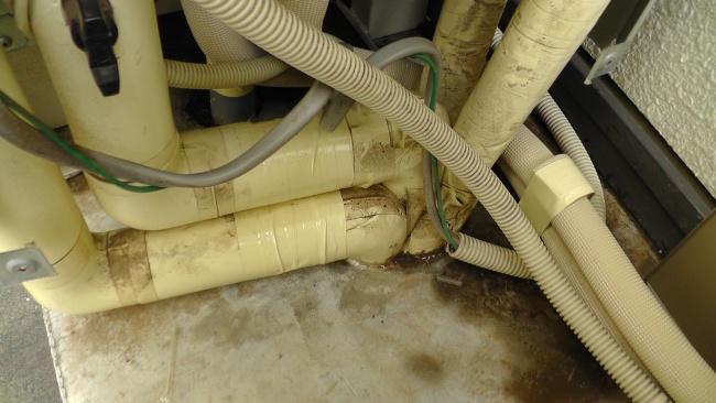 室内給湯側配管の断熱材の一部が無駄に切り取られていた