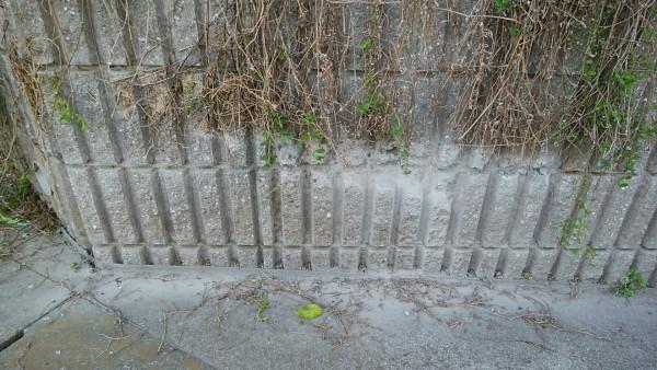 擁壁のL型土留ブロックが削れている