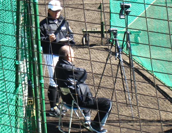 13ネットの後ろで久保コーチにアドバイス.JPG