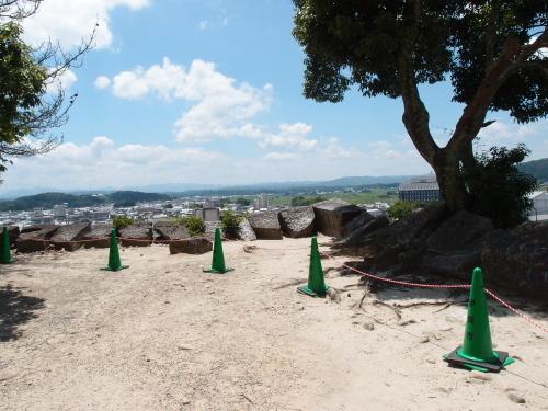 上野城2015_08c石垣ロープ