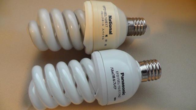 点かなくなった電球型蛍光灯と交換する新しい電球型蛍光灯