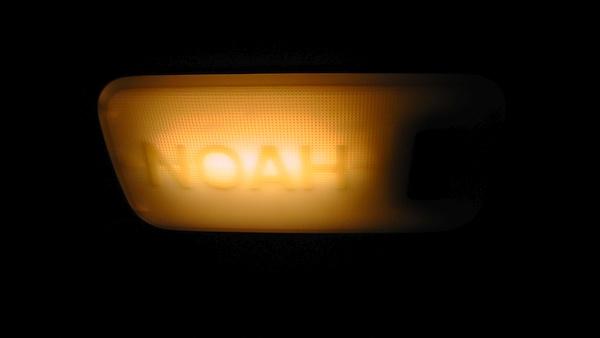 タウンエースノアのセンター室灯に入っている蛍光管カバーにNOAH