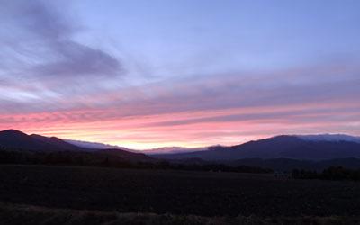 夕陽の畑、台風前の平穏