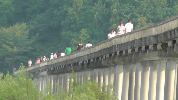世界一長い木造歩道橋「蓬莱橋」 渡る人々