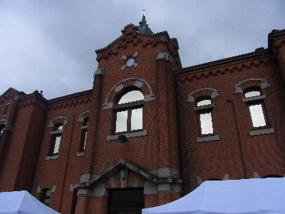 奈良少年刑務所 曇天ながらたくさんの人は訪れていた。 受刑者達が作った作品は丁寧で安い... 奈