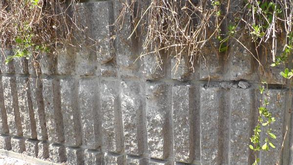 えぐられた擁壁
