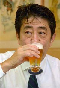 ビールをあおる安倍晋三さん。