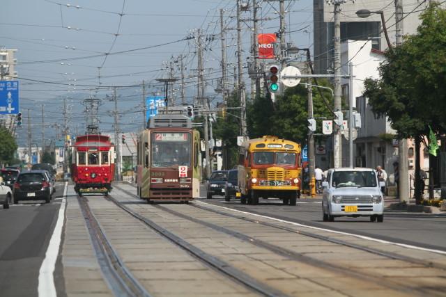 函館市電 100周年 花電車とボンネットバスのすれ違い2