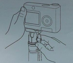 チルトロックレバーを右手で操作する画
