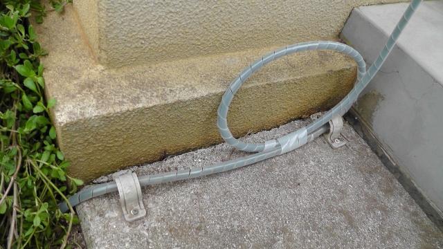 免震住宅なので、余裕が必要な電源ケーブル