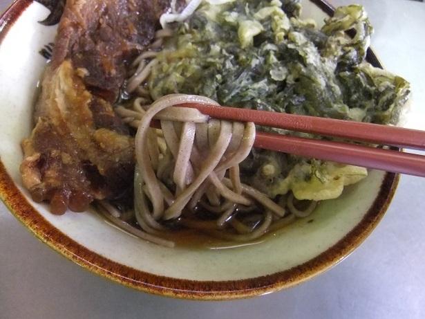 丸政・小淵沢駅改札横そば店の野沢菜天そば+豚バラ軟骨焼豚2