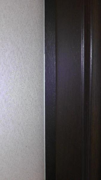 洗面化粧台左側の壁際は同色のスペーサーで丁寧にふさがれている