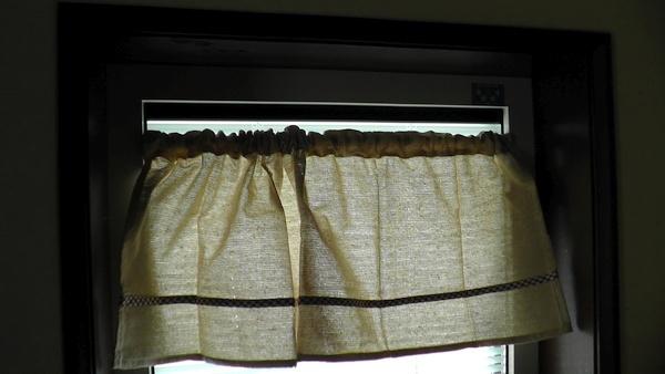 キッチンの小窓にカフェカーテン