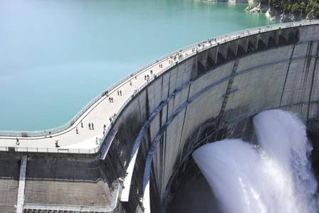 21黒部湖と放水.jpg