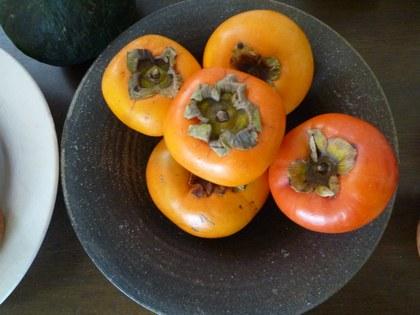 1果物 柿と林檎 黒皿2420.jpg
