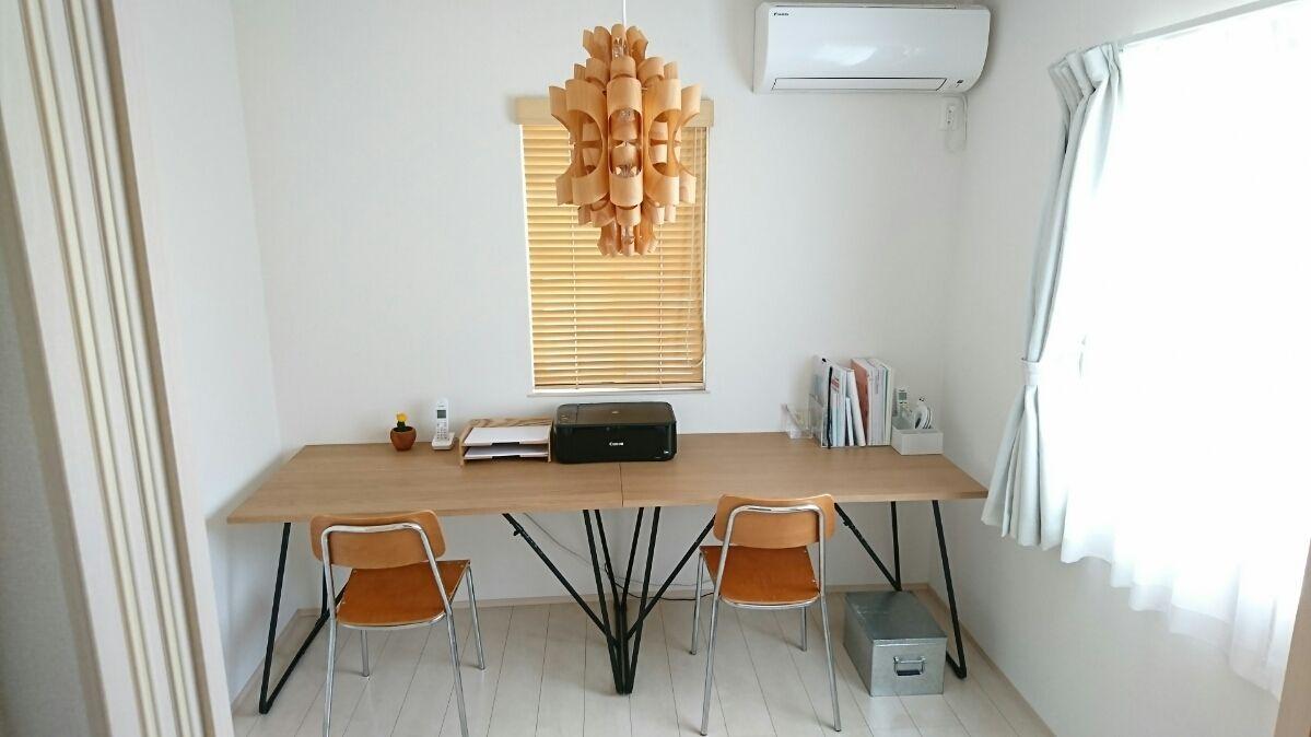 二階の四畳半に机を設置しました。僕と妻の学習机です。 机は無印良品の折りたたみテーブルを二台並べています。