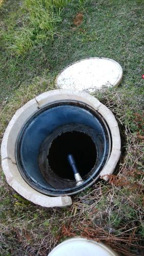 井戸のふたを開ける