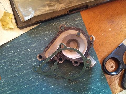 2013.04.24 3MAスペアエンジン修理 017(WPガスケット作成)