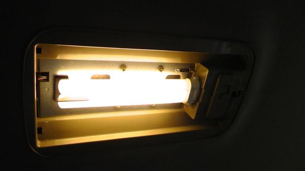 タウンエースノアのセンター室内灯に入っている蛍光管を点灯