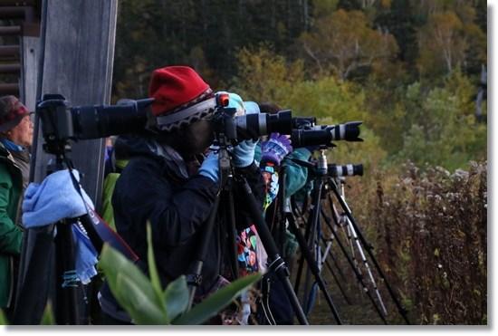 山荘下の広場-6 並んだ三脚とカメラマンたち 15.10.3 5:39