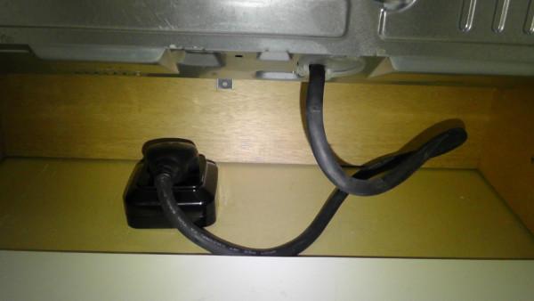 電源ケーブルの取り回しを修正