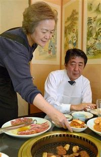 キムチのおかわりを注文する安倍晋三さん。