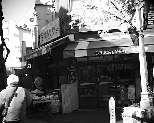 川口市の商店街にある、コロッケ等のお惣菜が売られるお肉屋さんをV1015 R2で撮った写真です