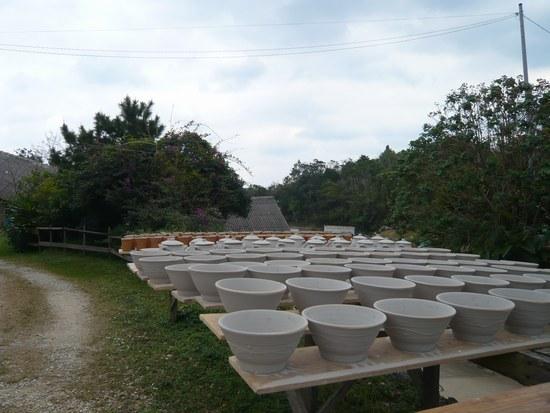 3やちむんの里 陶器と景色2550.jpg