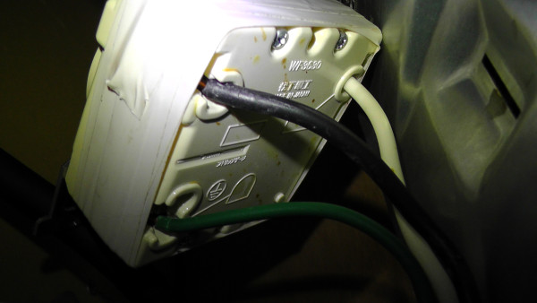 配線取付端子を隠すため、絶縁テープでぐるぐる巻きに