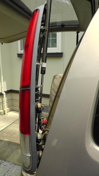 リヤコンビランプを外す タウンエースノアのリヤコンビランプを交換