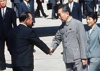 田中角栄首相、周恩来首相と握手 田中角栄首相、周恩来首相と握手 帰国した 田中首相 は、自信を持