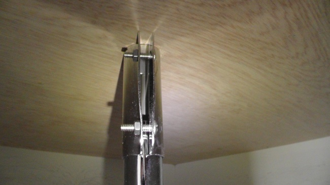 金具を付け直して支柱の上端を天板に固定