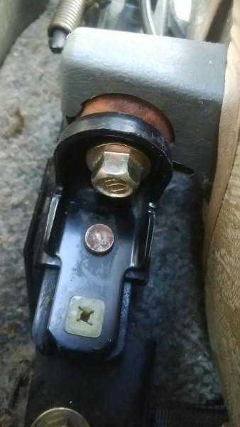 サードシートの蝶番固定ボルトを取り付ける