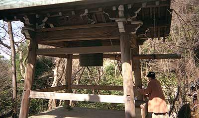 長楽寺の鐘を突く妻
