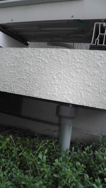 排水管が排水ホッパーに突っ込まれている
