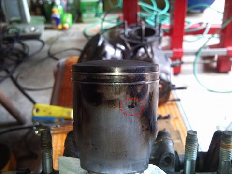 2013.04 3MAエンジン修理&CRM化粧直し 057(左ピストン側面)