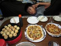 0815ピザたこ焼きの夕食.jpg