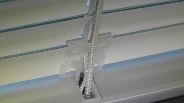 ブラインド内蔵樹脂サッシ内の部品