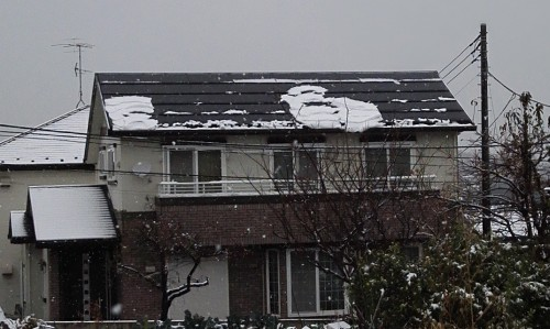 太陽電池パネルから滑り落ちる雪