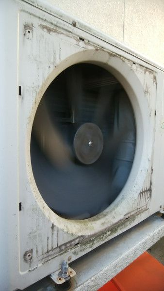 ファンガードを外した1階用床暖房の室外機 洗浄前