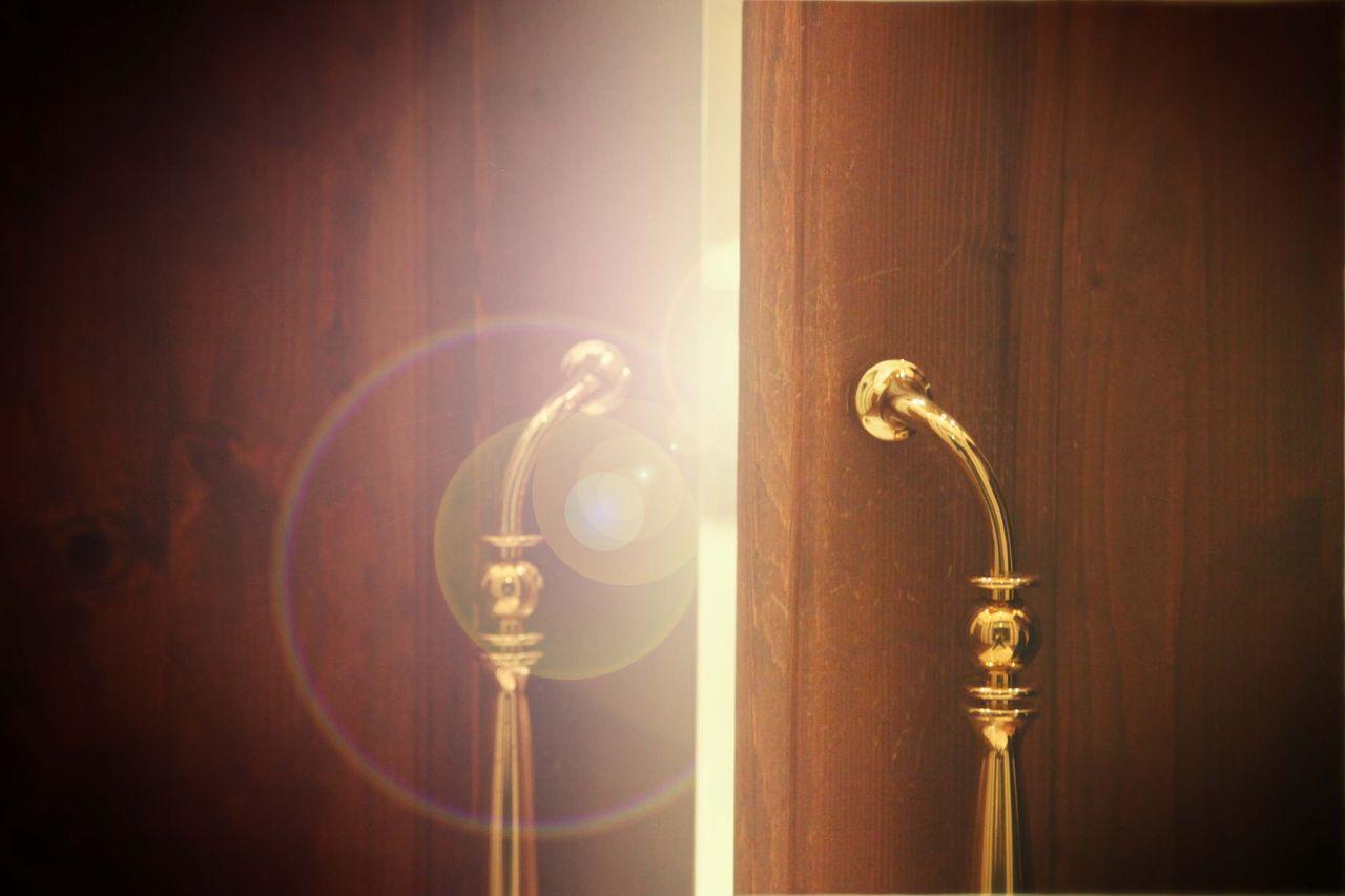 光が差し込む扉.jpg