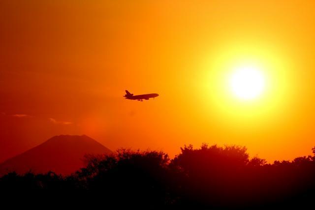 富士山を横目に 太陽に 突入する飛行機、SLは付録^^