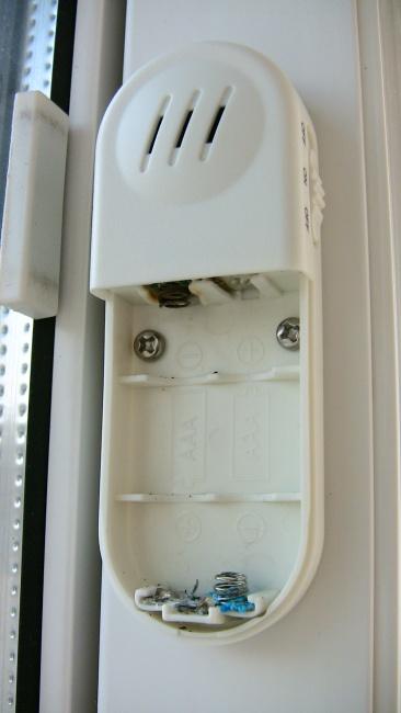 窓の防犯アラームで電池が液漏れ