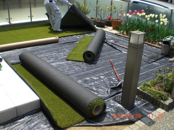 人工芝の施工、防草シートを貼りました。